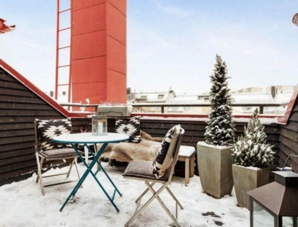 Stunning Winter Balcony Decorating Ideas 40